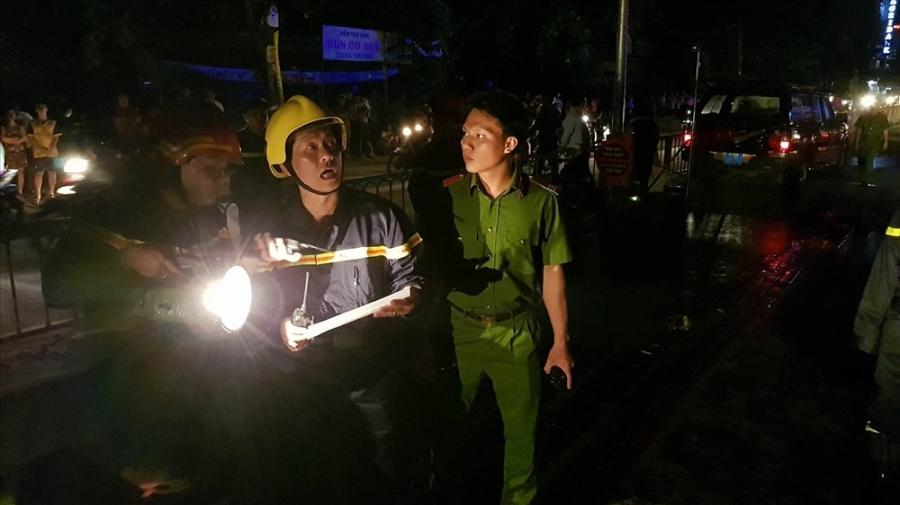 Cảnh sát bàn phương án đưa các nạn nhân bị kẹt ra ngoài. Ảnh: Trường Sơn