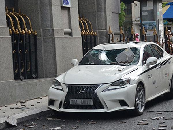 Cần cẩu đập trúng ngân hàng ở Sài Gòn, hai ôtô sang hư hỏng
