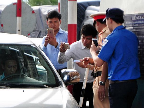 CSGT mời tài xế làm việc vì cản trở giao thông tại trạm thu phí BOT