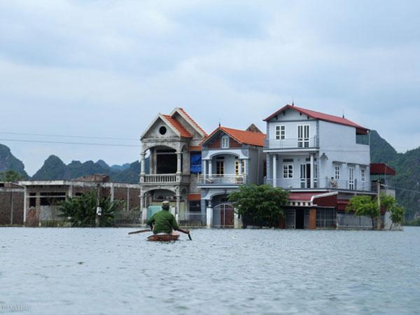 Hà Nội: Sau 1 tuần mưa lũ người dân huyện Mỹ Đức vẫn chèo thuyền vào nhà