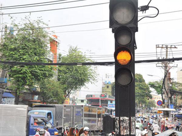Ở Việt Nam vượt đèn vàng bị phạt giống vượt đèn đỏ