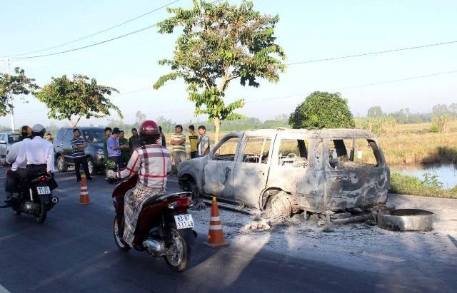 Chiếc xe 7 chỗ của ông Ri bị đốt cháy rụi đêm 4/10