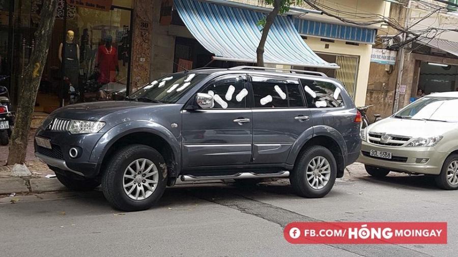Cô gái trẻ livestream dán băng vệ sinh quanh ô tô vì đỗ trước cửa hàng trên phố Hà Nội gây tranh cãi - Ảnh 4.