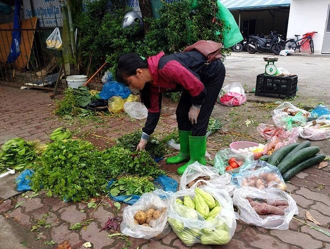 Hà Nội: Bà nội chợ méo mặt vì rau xanh khan hiếm, giá tăng gấp đôi sau ngập lụt - Ảnh 3.