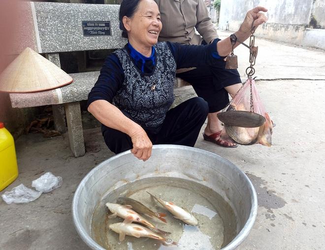Hà Nội: Bà nội chợ méo mặt vì rau xanh khan hiếm, giá tăng gấp đôi sau ngập lụt - Ảnh 7.
