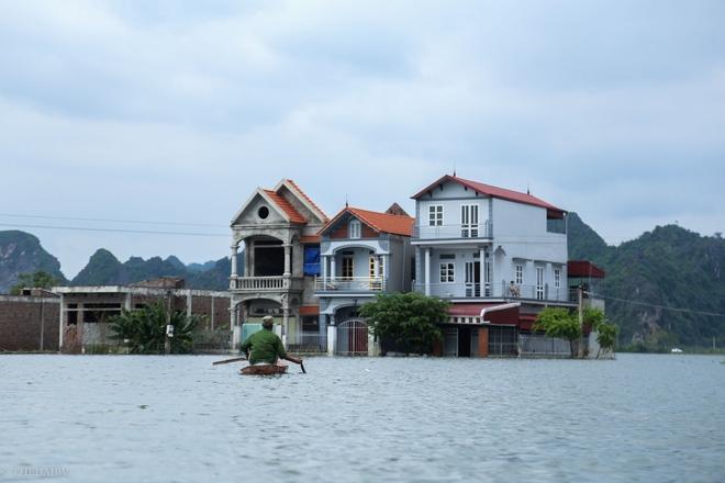 Hà Nội: Sau 1 tuần mưa lũ người dân huyện Mỹ Đức vẫn chèo thuyền vào nhà - Ảnh 1.