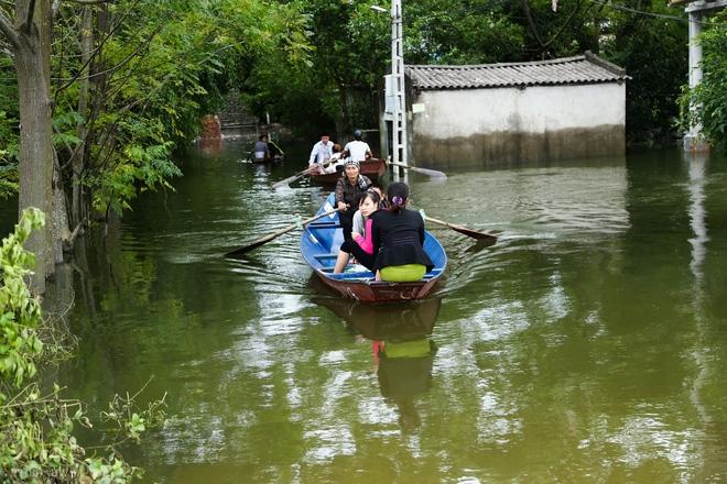 Hà Nội: Sau 1 tuần mưa lũ người dân huyện Mỹ Đức vẫn chèo thuyền vào nhà - Ảnh 2.