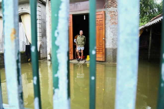 Hà Nội: Sau 1 tuần mưa lũ người dân huyện Mỹ Đức vẫn chèo thuyền vào nhà - Ảnh 7.