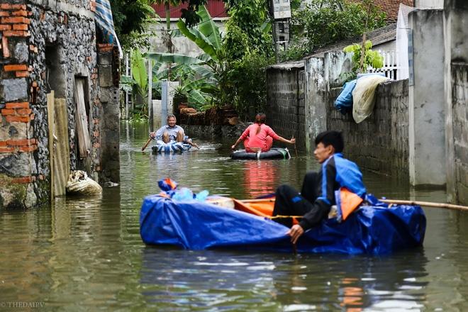 Hà Nội: Sau 1 tuần mưa lũ người dân huyện Mỹ Đức vẫn chèo thuyền vào nhà - Ảnh 8.