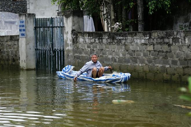 Hà Nội: Sau 1 tuần mưa lũ người dân huyện Mỹ Đức vẫn chèo thuyền vào nhà - Ảnh 9.