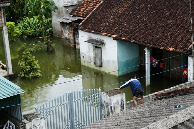 Hà Nội: Sau 1 tuần mưa lũ người dân huyện Mỹ Đức vẫn chèo thuyền vào nhà - Ảnh 10.