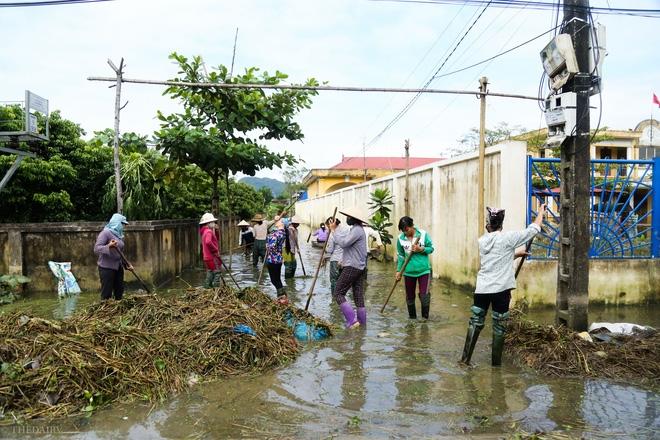 Hà Nội: Sau 1 tuần mưa lũ người dân huyện Mỹ Đức vẫn chèo thuyền vào nhà - Ảnh 12.