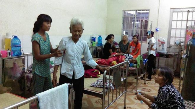 Mẹ già ngã bệnh nhập viện điều trị, 4 người con tâm thần lại bơ vơ đợi mẹ về cho ăn cơm - Ảnh 1.