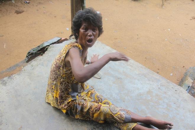 Mẹ già ngã bệnh nhập viện điều trị, 4 người con tâm thần lại bơ vơ đợi mẹ về cho ăn cơm - Ảnh 5.