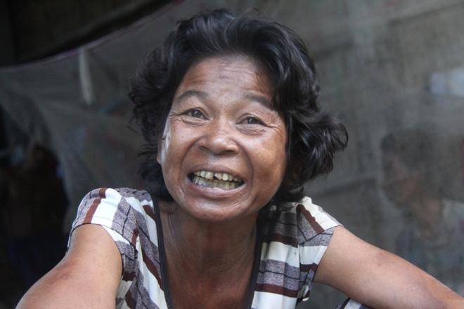 Mẹ già ngã bệnh nhập viện điều trị, 4 người con tâm thần lại bơ vơ đợi mẹ về cho ăn cơm - Ảnh 8.