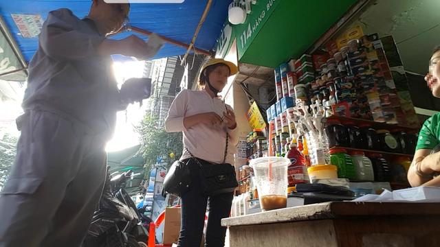 Chủ quán đồ uống cạnh cổng Trường THCS Trưng Nhị và Trường tiểu học Trưng Trắc đang vào mua đồ ở cửa hàng chuyên bán chất phụ gia tại phố Hàng Buồm (Hà Nội). Ảnh: PV