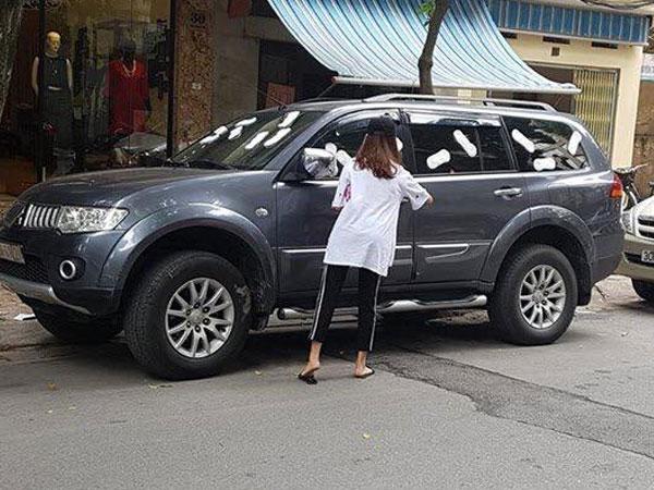 Chủ xe cho biết lý do bị cô gái dán băng vệ sinh kín xế hộp khi đỗ trước cửa hàng ở Hà Nội