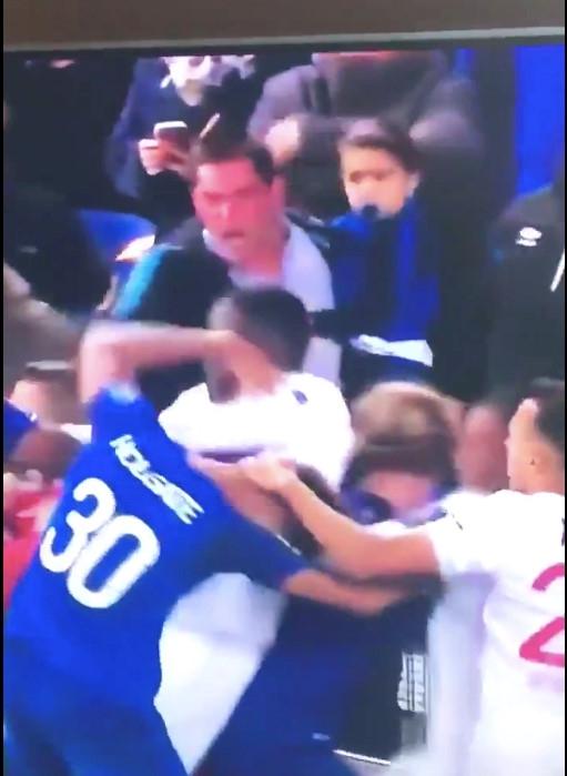 CDV Everton vua be con, vua tham gia danh cau thu Lyon hinh anh 1
