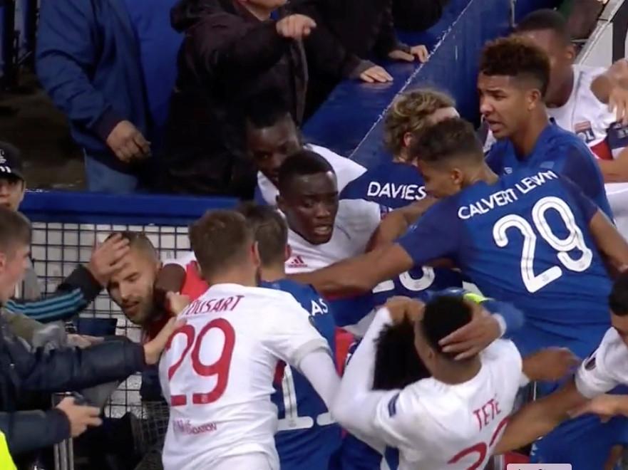 CDV Everton vua be con, vua tham gia danh cau thu Lyon hinh anh 2