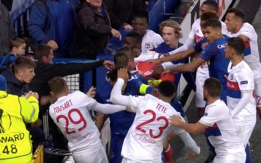 CDV Everton vua be con, vua tham gia danh cau thu Lyon hinh anh 3