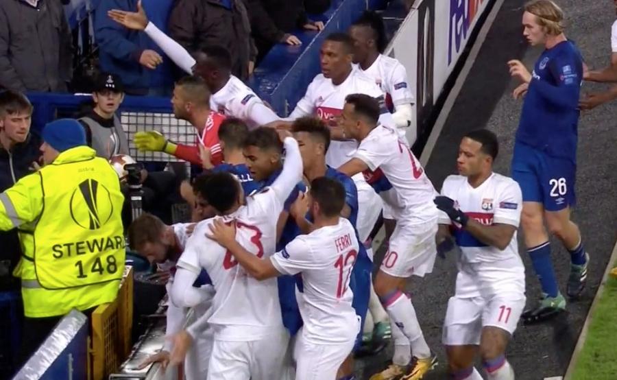 CDV Everton vua be con, vua tham gia danh cau thu Lyon hinh anh 4