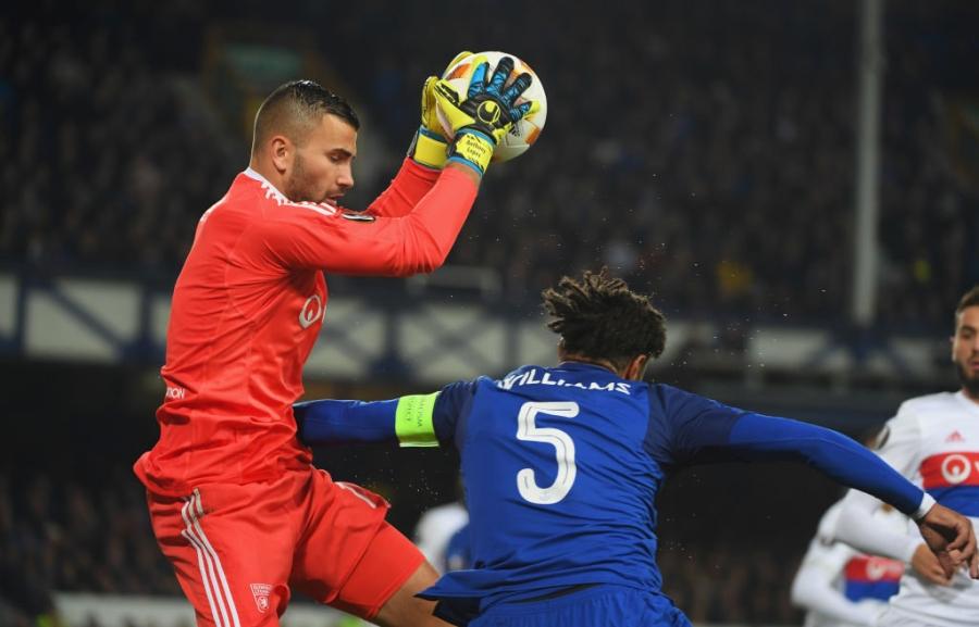 CDV Everton vua be con, vua tham gia danh cau thu Lyon hinh anh 6
