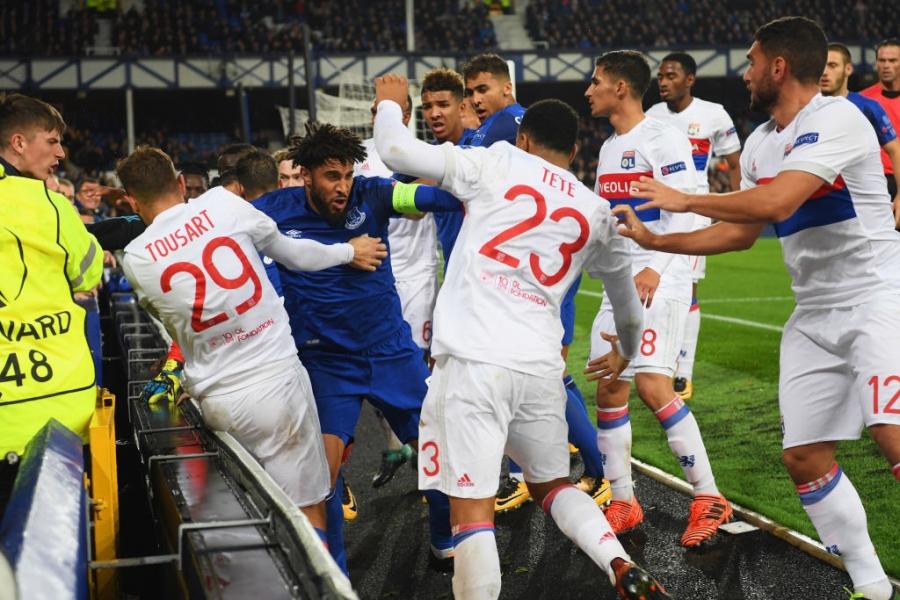 CDV Everton vua be con, vua tham gia danh cau thu Lyon hinh anh 7