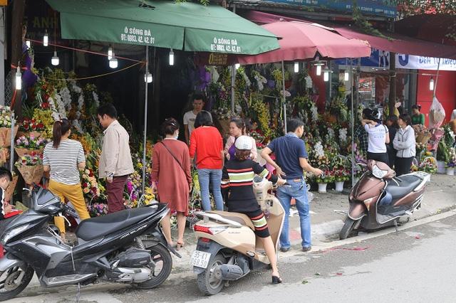 Cửa hàng hoa những ngày này luôn là địa điểm thu hút khách