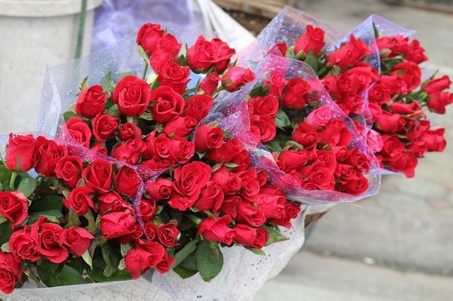 Các gánh hàng rong bán khá rẻ, mỗi hồng ta chỉ có giá 2.500đ/bông