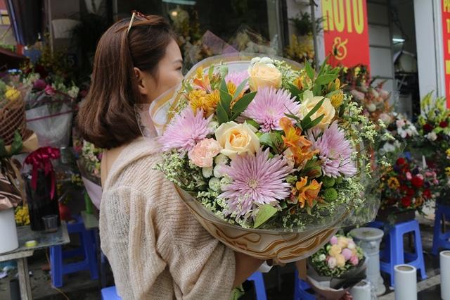 Một bó hồng ngoại được cắm tỉa rất đẹp mắt được bày bán trong dịp lễ 20/10