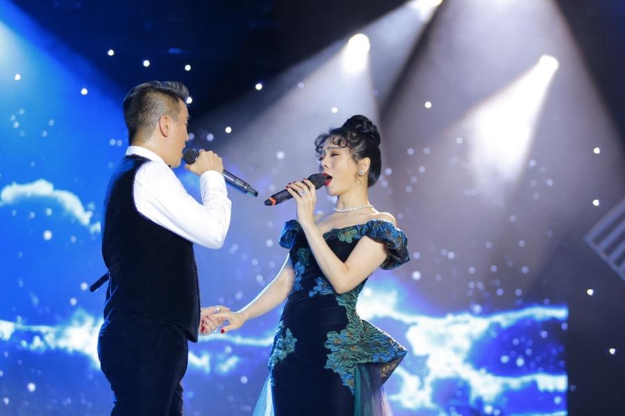 Le Quyen va Ho Ngoc Ha tranh mat nhau trong dem nhac voi Dam Vinh Hung hinh anh 1