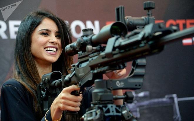 """Những quý cô đam mê vũ khí """"xâm chiếm"""" triển lãm quốc phòng thế giới - Ảnh 1."""