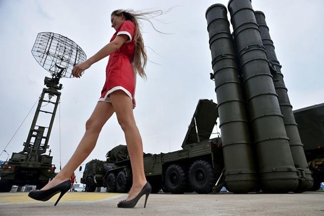 """Những quý cô đam mê vũ khí """"xâm chiếm"""" triển lãm quốc phòng thế giới - Ảnh 2."""