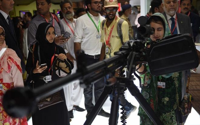 """Những quý cô đam mê vũ khí """"xâm chiếm"""" triển lãm quốc phòng thế giới - Ảnh 3."""