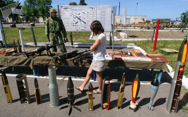 """Những quý cô đam mê vũ khí """"xâm chiếm"""" triển lãm quốc phòng thế giới - Ảnh 6."""