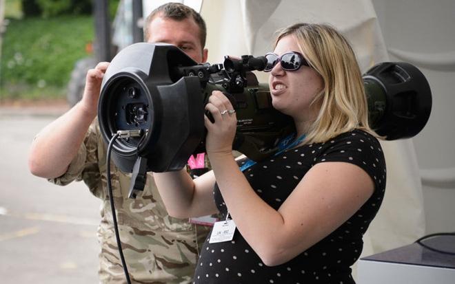 """Những quý cô đam mê vũ khí """"xâm chiếm"""" triển lãm quốc phòng thế giới - Ảnh 7."""