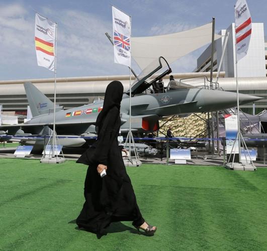 """Những quý cô đam mê vũ khí """"xâm chiếm"""" triển lãm quốc phòng thế giới - Ảnh 12."""