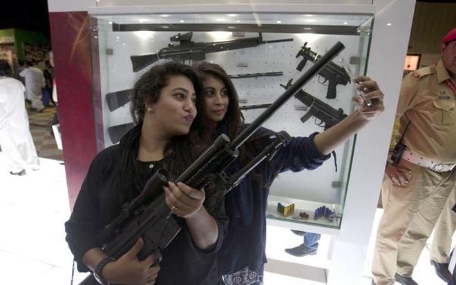 """Những quý cô đam mê vũ khí """"xâm chiếm"""" triển lãm quốc phòng thế giới - Ảnh 13."""