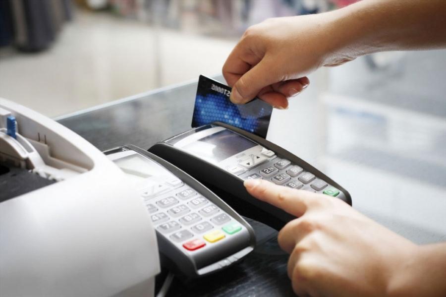 Có một nghịch lý, thẻ tín dụng mở nhiều nhưng thực tế việc thanh toán không dùng tiền mặt ở Việt Nam vẫn ở con số khiêm tốn. Ảnh: P.V
