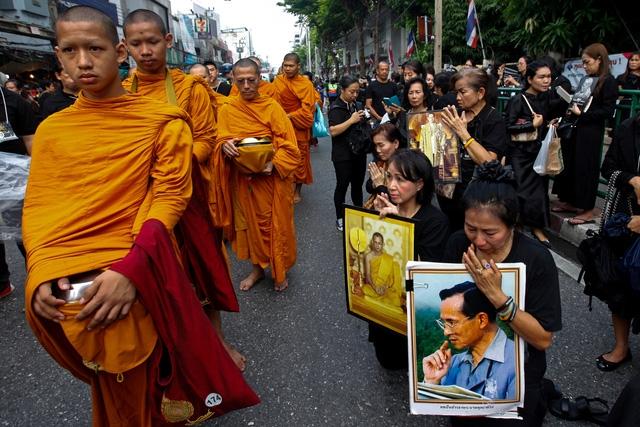 Thái Lan quyết cấm chùa chiền đòi cúng dường - Ảnh 1.