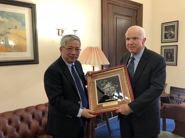 Thượng tướng Nguyễn Chí Vịnh gặp ông John McCain tại Hoa Kỳ - Ảnh 1.