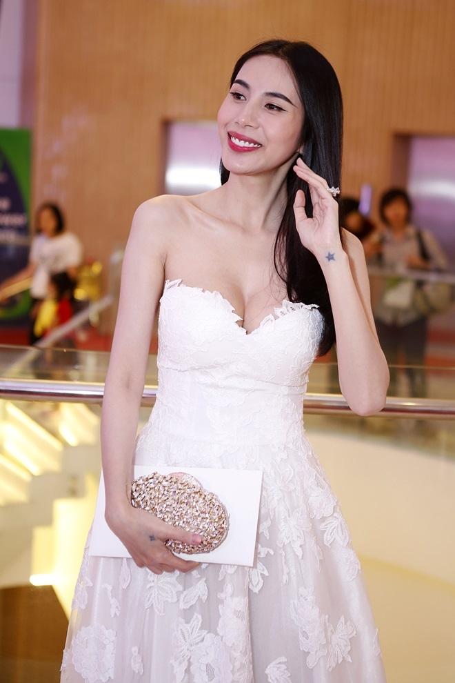 Thủy Tiên gây thót tim với váy quây trễ nải như sắp tụt - 3