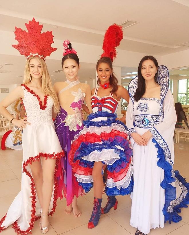 Đỗ Mỹ Linh diện áo tứ thân, đội nón quai thao tự tin trình diễn bài múa dân tộc tại Miss World 2017