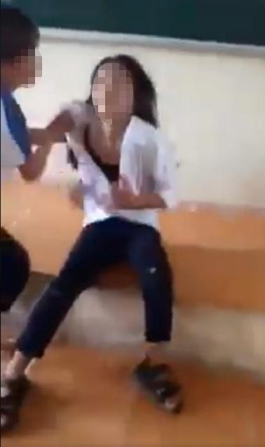 Hà Nội: Đình chỉ học 6 nữ sinh đánh hội đồng, lột áo nữ sinh cùng trường - Ảnh 2.