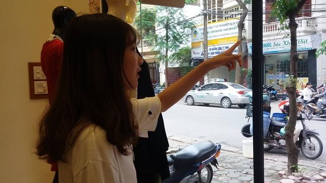 Không xử phạt cô gái trẻ dán băng vệ sinh lên xe ô tô đậu trước cửa nhà gây xôn xao dư luận - Ảnh 2.
