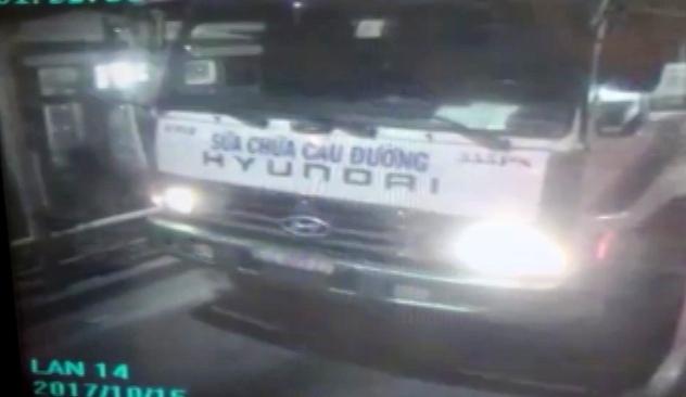 Hình ảnh camera ghi lại diễn biến tài xế xe tải và các đồng phạm dàn cảnh trộm tiền tại trạm thu phí cầu Phú Mỹ. Ảnh cắt từ clip.