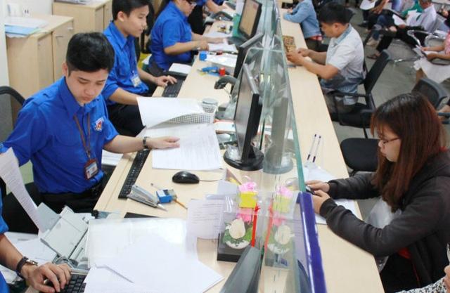 TP.HCM sẽ cấm công chức mặc quần jean, áo thun trong giờ làm - Ảnh 1.