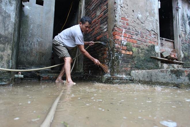 Hà Nội: 10 ngày sau lũ, người dân Tân Tiến rắc vôi bột trắng đường phòng bệnh dịch - Ảnh 3.