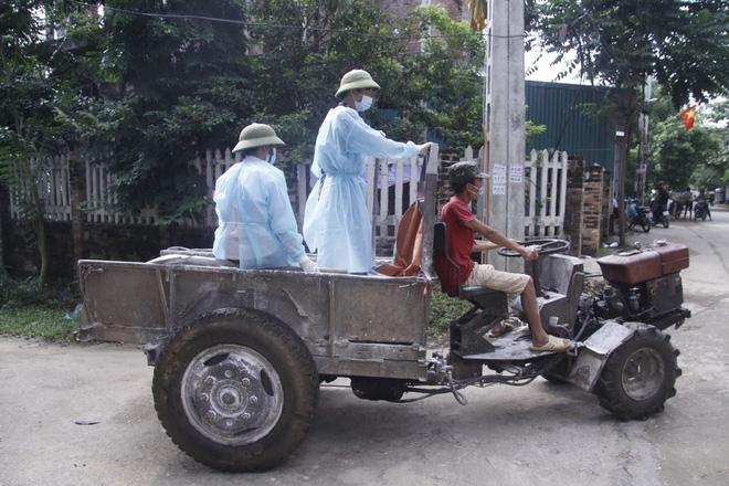 Hà Nội: 10 ngày sau lũ, người dân Tân Tiến rắc vôi bột trắng đường phòng bệnh dịch - Ảnh 7.