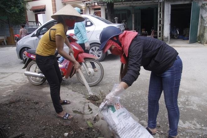Hà Nội: 10 ngày sau lũ, người dân Tân Tiến rắc vôi bột trắng đường phòng bệnh dịch - Ảnh 9.